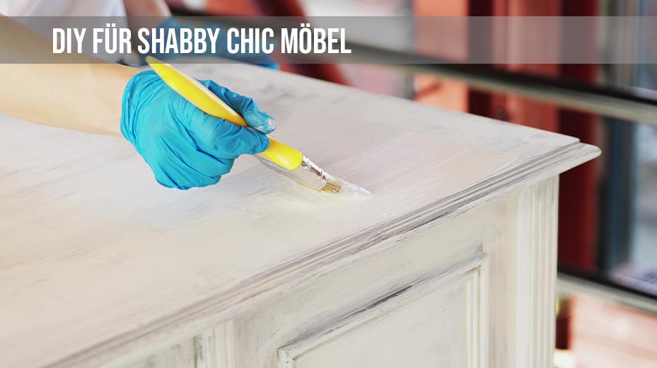 Mit Kreidefarbe Möbel und andere Gegenstände bestreichen